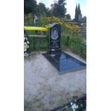 Памятник с черным надгробием  - Фото