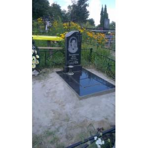 Памятник с черным надгробием